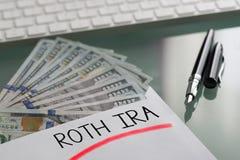 Besparingen voor pensioneringsconcept met Roth Ira dat op witte envelop met contant geldamerikaanse dollars wordt geschreven royalty-vrije stock foto