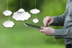 Besparingsgegevens over het wolkenconcept Zakenman die een slimme tablet, mobiele groene achtergrond houden stock afbeelding