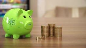 Besparingsgeld met muntstukken stock footage