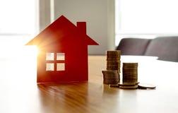 Besparingsgeld om nieuw huis te kopen Hoge van het huurprijs of huis verzekering royalty-vrije stock foto's