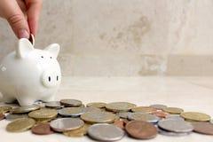 Besparingsgeld in piggy Royalty-vrije Stock Foto's
