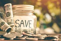 Besparingsgeld voor de toekomstige duurzaamheid, het geld van de Conceptenbesparing voor de toekomst royalty-vrije stock afbeeldingen