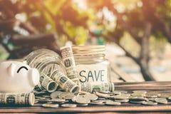 Besparingsgeld voor de toekomstige duurzaamheid, het geld van de Conceptenbesparing voor de toekomst royalty-vrije stock fotografie