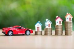 Besparingsgeld voor huis en auto dat het gouden muntstuk groeien, sav stapelen stock afbeeldingen