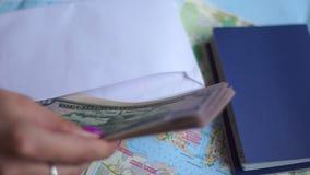 Besparingsgeld voor reis stock footage
