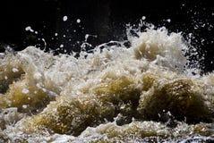 Bespattende golven Royalty-vrije Stock Foto's