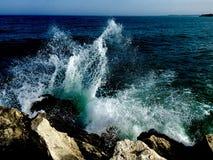 Bespattende golven Stock Foto