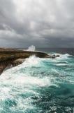 Bespattende golven bij een ruwe en rotsachtige kustlijn royalty-vrije stock foto's