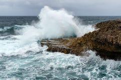 Bespattende golven bij een ruwe en rotsachtige kustlijn royalty-vrije stock fotografie