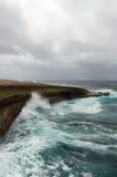 Bespattende golven bij een ruwe en rotsachtige kustlijn royalty-vrije stock foto