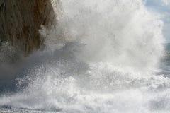 Bespattende golven op het strand stock foto's
