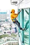 Besprühen hohe Gebäudeeigentumswohnung der Maler draußen Stockfoto