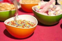 Besprüht, Eibische und andere Süßigkeiten in den hellen Schüsseln Lizenzfreie Stockfotografie
