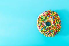 Besprühter Donut auf blauem Pastellhintergrund Stockfoto