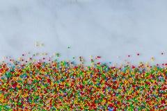 Bespr?ht, Hunderte und Tausenden auf einer Marmorbasis lizenzfreie stockbilder