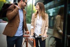 Besprechende und beim im Freien zusammen gehen lächelnde Geschäftsleute lizenzfreies stockbild