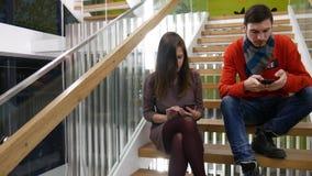 Bespreek een project op een smartphone stock video