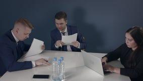 Bespreek Ideeën in Bureau stock footage