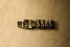 BESPREEKT - close-up van grungy wijnoogst gezet woord op metaalachtergrond royalty-vrije stock afbeeldingen