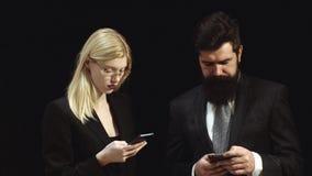 Bespreking aan me Zakenman het schrijven woordbaan Paar met smartphone De werkplaats Romaanse truc Portret van Vrouwelijke Klante stock footage