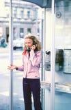 Bespreking in een callbox Stock Foto
