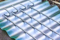 Bespruta färg på rebar- eller stålstång Konstruktionsmålning arkivfoto