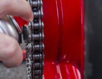Bespuitende ketting op motor Stock Foto