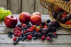 Bessen, de zomerfruit op houten lijst Gezond levensstijlconcept stock afbeeldingen