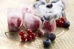 Bessen die in ijsblokjes worden bevroren Stock Foto