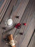 Bessen in een Lepel Het rood en de zwarte van de bes Donkere houten achtergrond Royalty-vrije Stock Foto's