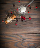 Bessen in een Lepel Het rood en de zwarte van de bes Donkere houten achtergrond Royalty-vrije Stock Fotografie