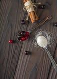 Bessen in een Lepel Het rood en de zwarte van de bes Donkere houten achtergrond Stock Fotografie