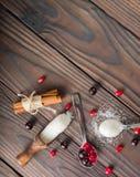 Bessen in een Lepel Het rood en de zwarte van de bes Donkere houten achtergrond Royalty-vrije Stock Afbeeldingen