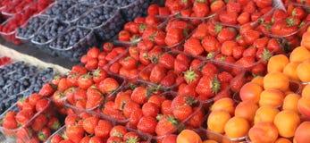 Bessen en abrikozen die bij een markt worden voorgesteld stock afbeeldingen