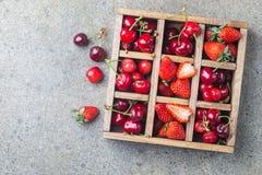 Bessen in uitstekende houten doos Stock Foto