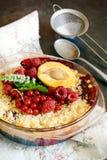 Bessenkruimeltaart, kernachtig in bakselschotel op een donkere achtergrond Hoogste mening Heerlijk licht dessert stock foto
