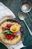 Bessenkruimeltaart, kernachtig in bakselschotel op een donkere achtergrond Hoogste mening Heerlijk licht dessert stock afbeelding