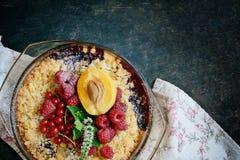 Bessenkruimeltaart, kernachtig in bakselschotel op een donkere achtergrond Hoogste mening Heerlijk licht dessert stock afbeeldingen