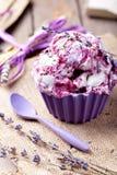 Bessenroomijs met lavendelbloemen Royalty-vrije Stock Foto's