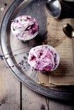 Bessenroomijs met lavendelbloemen Royalty-vrije Stock Afbeelding