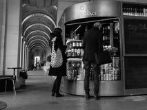 Beställa för avhämtning kaffe i svartvitt Royaltyfria Foton