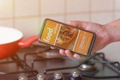 Beställa mat direktanslutet vid smartphonen Fotografering för Bildbyråer