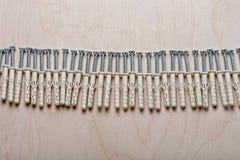 Beställd serie av skruvar och proppar på kryssfaner Arkivfoton