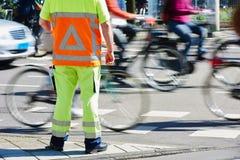 Beställning för chef för trafikkontroll hållande ögonen på arkivfoton