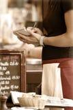 beställning som tar servitrisen arkivbild