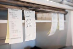 Beställningar i ett restaurangkök Arkivfoton