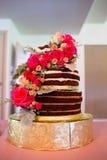 Beställnings- bröllopstårta på mottagandet Arkivbild