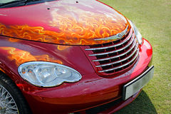 Beställnings- flammor på bilhättan royaltyfri bild