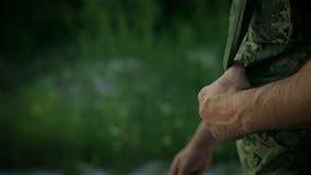 Bestämd militär man som går över den sandiga vägen lager videofilmer