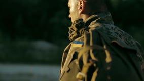Bestämd militär man som går över den sandiga vägen arkivfilmer